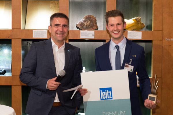 Daniel Schantl erhält vom Geschäftsführer der Firma Leitz Riedau seinen Preis, den Publikumspreis.