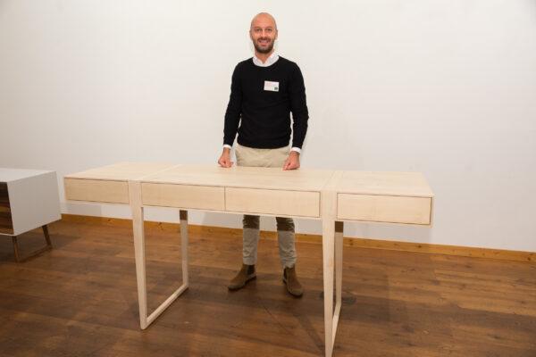 Jakob Emunts mit seinem Sideboard, das mit dem 3. Rang ausgezeichnet wurde.