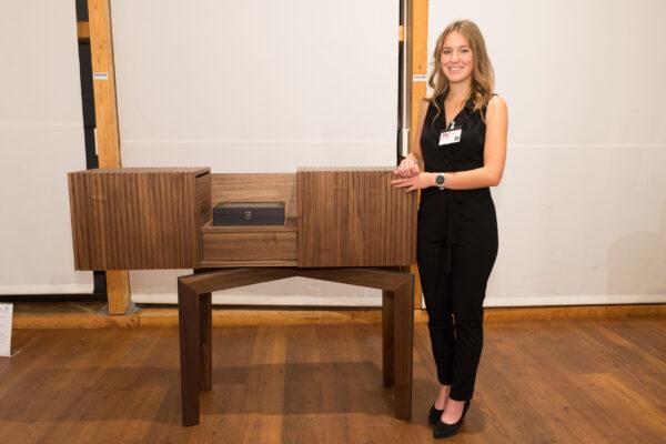 Florentina Mandorfer mit ihrem zweitplatziertem Meistermöbel, einer Schmuckkommode.